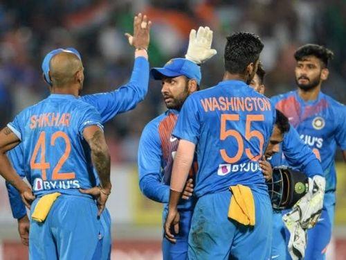 टीम के साथी खिलाड़ियों के साथ रोहित शर्मा