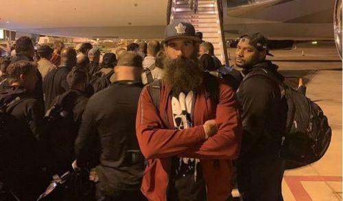 एयरप्लेन के बाहर ल्यूक हार्पर और बाकी WWE सुपरस्टार्स