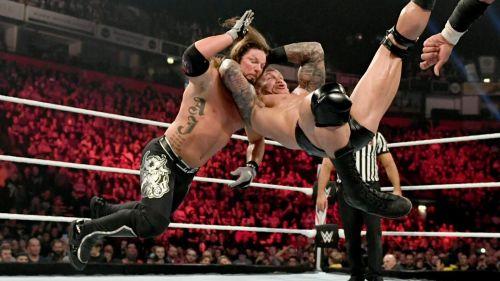एजे स्टाइल्स को RKO मारते हुए रैंडी