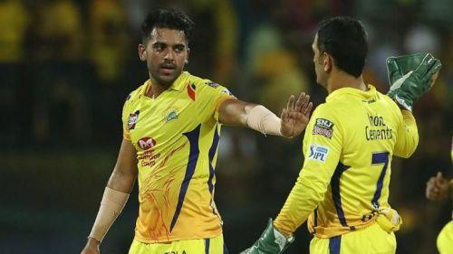आईपीएल के दौरान दीपक चाहर और एम एस धोनी