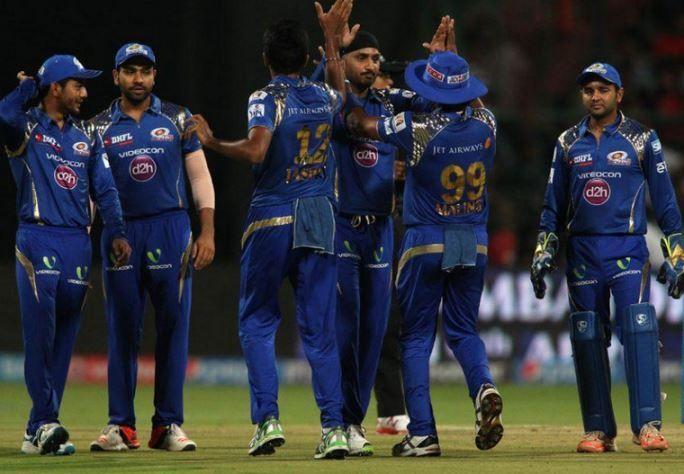 मुंबई इंडियंस के साथी खिलाड़ियों के साथ जश्न मनाते लसिथ मलिंगा