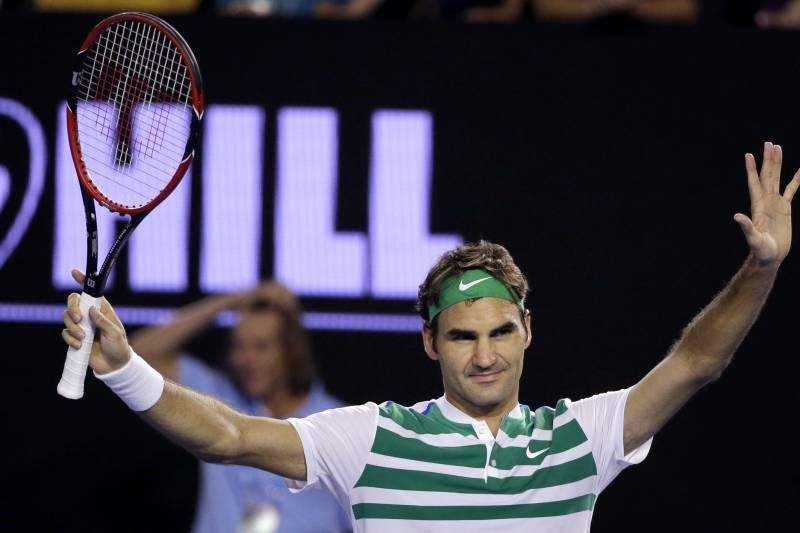 Federer acknowledges the crowd after beating Dimitrov at the 2016 Australian Open