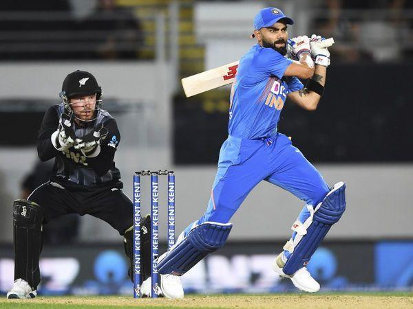 Virat Kohli pulls a short delivery