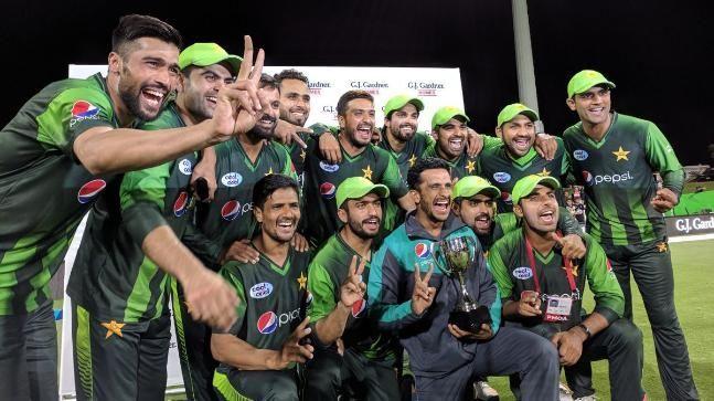 जीत के बाद ट्रॉफी के साथ पाकिस्तान टीम