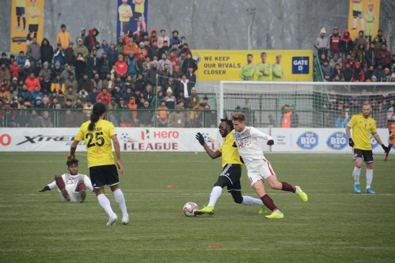 Mohun Bagan and Real Kashmir players fighting for the ball
