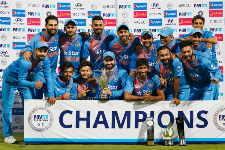 ट्रॉफी के साथ भारतीय टीम