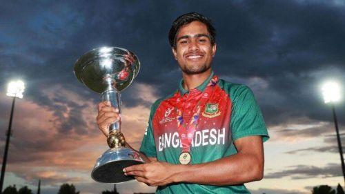 Akbar Ali with the U19 World Cup trophy