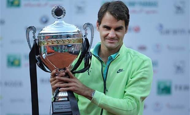Federer holds aloft the 2015 Istanbul Open title