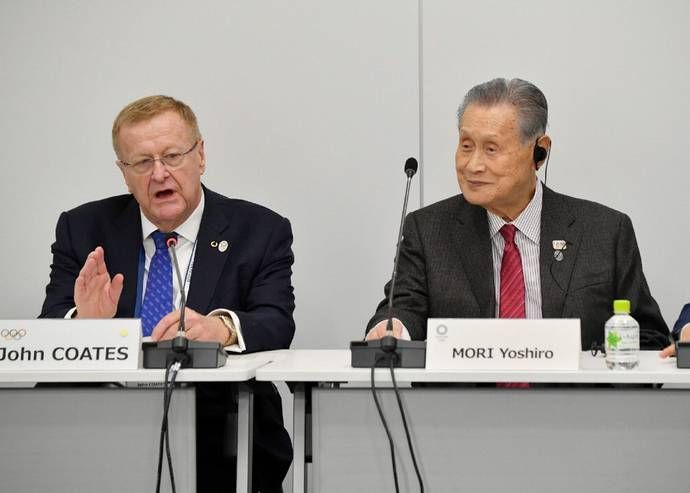 Yoshiro Mori (right) adressing the press