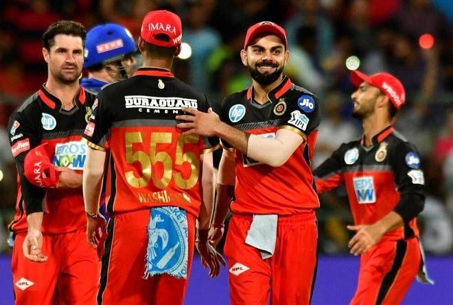 रॉयल चैलेंजर्स बैंगलोर के कप्तान विराट कोहली अपने साथी खिलाड़ियों के साथ