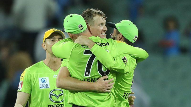 Chris Morris celebrates with Sydney Thunder team-mates