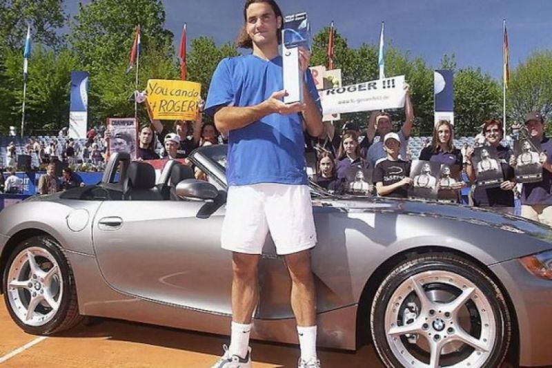 Federer poses with his Munich title in 2003
