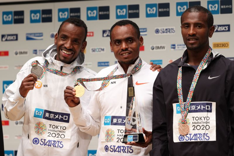 Ethiopian Birhanu ( centre) wins the Tokyo marathon for the second time in a row.