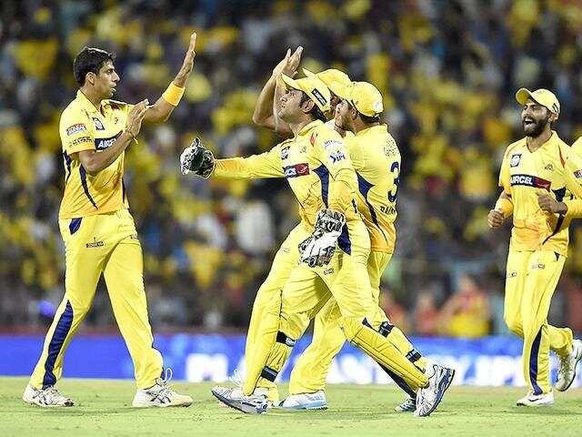 चेन्नई सुपर किंग्स की टीम के साथ आशीष नेहरा