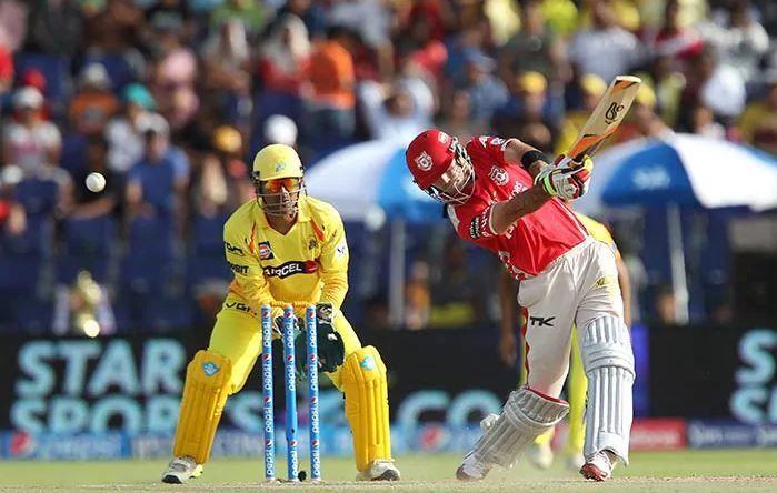 चेन्नई सुपर किंग्स के खिलाफ शॉट लगाते ग्लेन मैक्सवेल