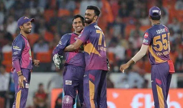 महेंद्र सिंह धोनी और अजिंक्य रहाणे के साथ जयदेव उनादकट