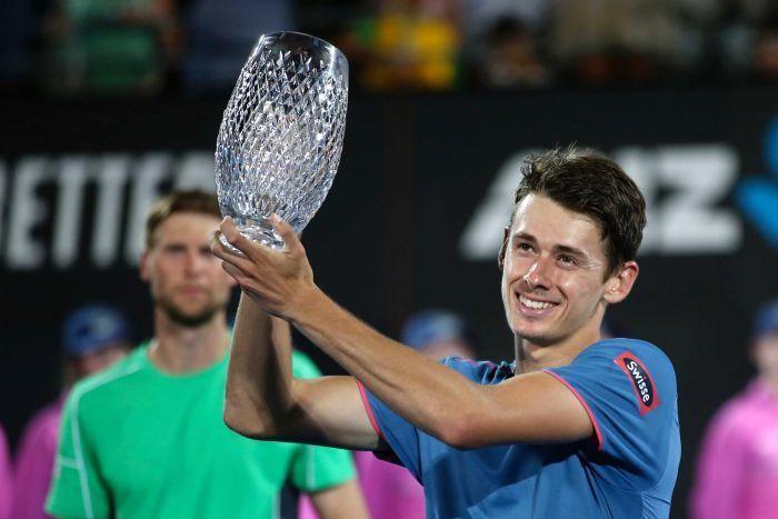 Alex de Minaur lifts his first singles title at 2019 Sydney.