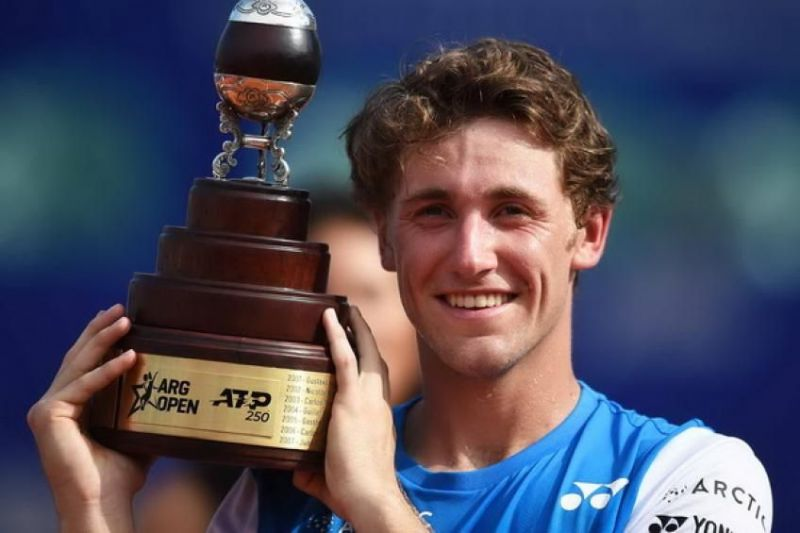 Casper Ruud hoists aloft his first career singles title at the 2020 Buenos Aires Open