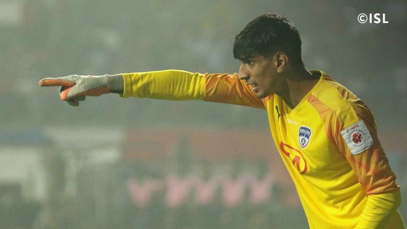 Gurpreet Singh Sandhu marshaling his defence (Photo credit: Indian Super League)