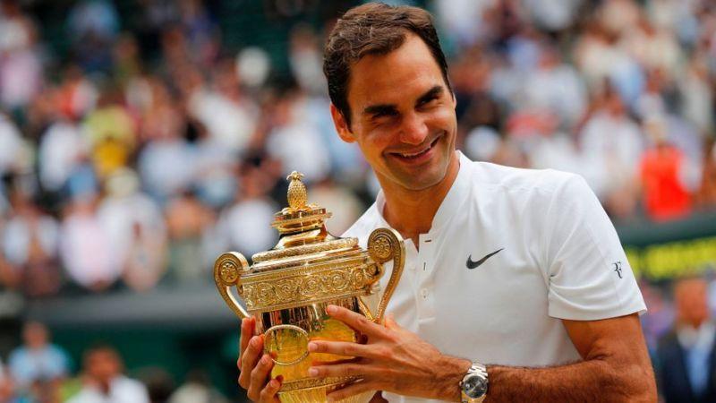 Federer hoists aloft his 8th Wimbledon title in 2017