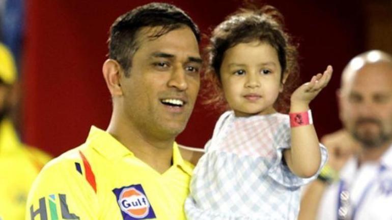 एम एस धोनी अपनी बेटी के साथ