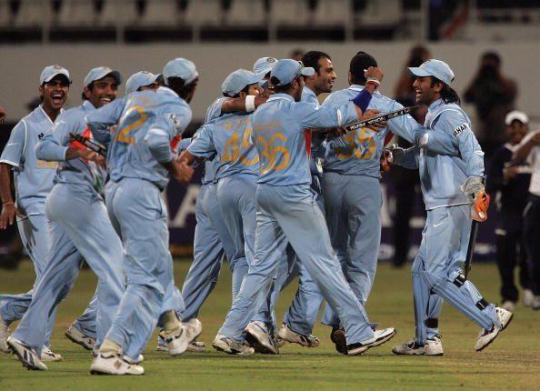 ऑस्ट्रेलिया को सेमीफाइनल में हराने के बाद भारतीय टीम, युवी ने खेली थी तूफानी पारी