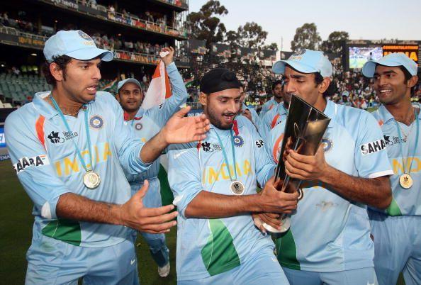 2007 टी20 वर्ल्ड कप के फाइनल में पाकिस्तान को हराने के बाद ट्रॉफी के साथ भारतीय टीम के खिलाड़ी