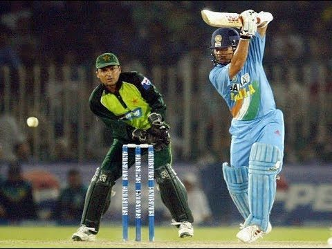 सचिन तेंदुलकर अपनी बल्लेबाजी के दौरान शॉट खेलते हुए