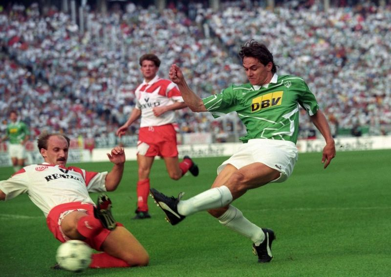 Werder Bremen (green and white) in the 1992-93