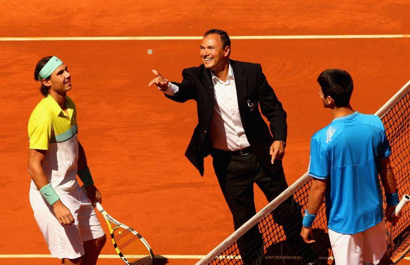 Rafael Nadal (extreme left) with Novak Djokovic and umpire Mohamed Lahyani