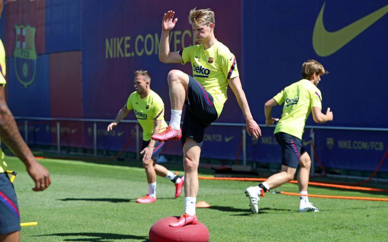 De Jong training with his Barcelona teammates