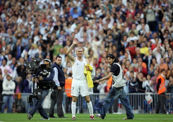 Zidane basks in the applause with Juan Román Riquelme