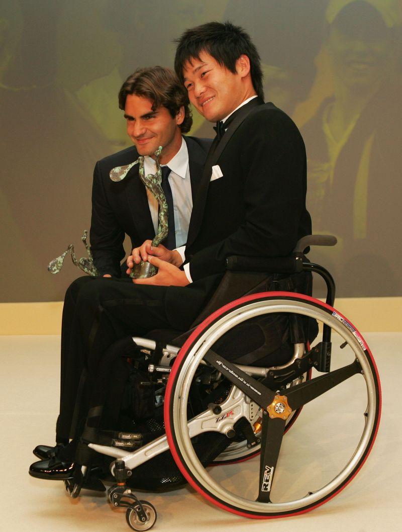 Roger Federer (L) and Shingo Kunieda