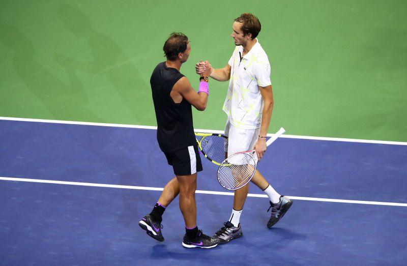 Rafael Nadal (L) and Daniil Medvedev