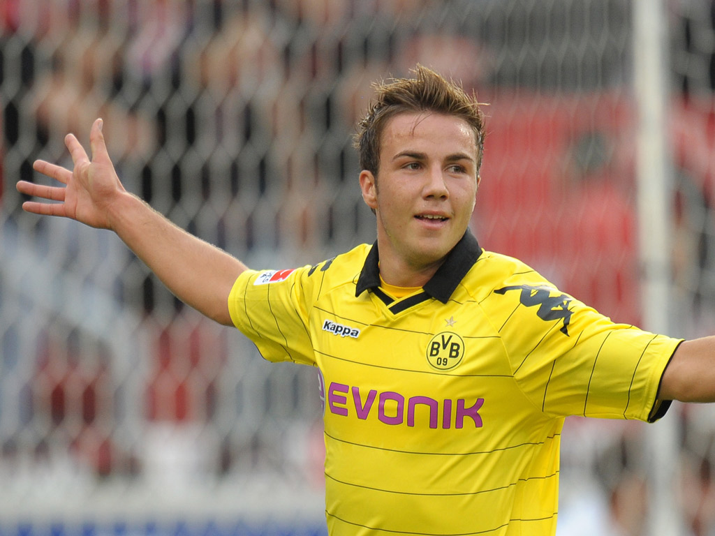 Mario Gotze agrees to stay for another year as Dortmund finalize