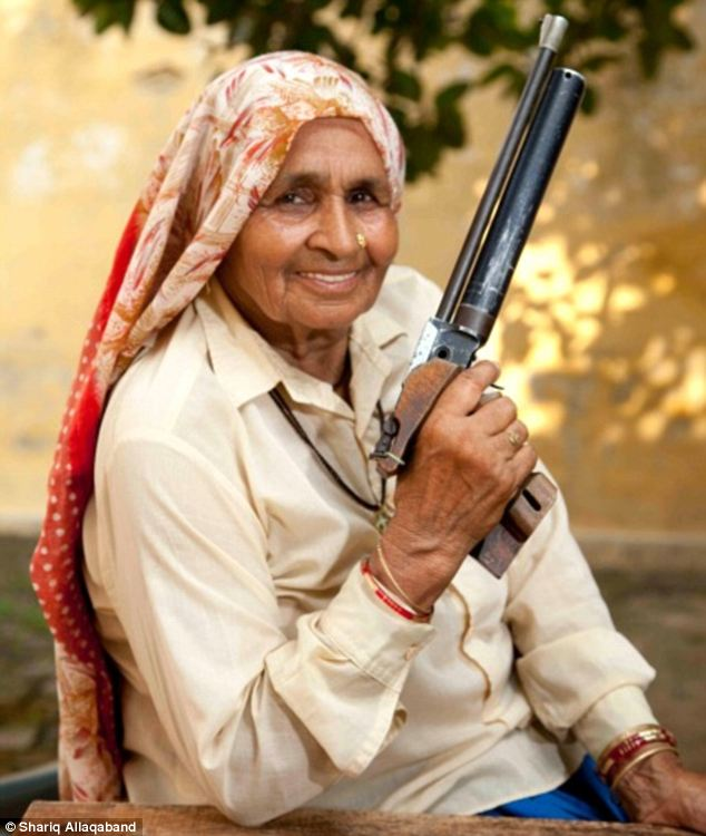 शूटर दादी ने अब तक 25 से अधिक राष्ट्रीय चैंपियनशिप में भाग लिया है और 25 से अधिक राष्ट्रीय ख़िताब  अपने नाम किये हैं, जो अपने आप में एक बड़ी उपलब्धि है। शूटर दादी से प्रेरित होकर युवा वर्ग उनके पास ट्रेंनिंग के लुए आते हैं ,और दादी उनके हुनर को निखारने में उनकी मदद करती हैं।   Chandro Tomar ने दिल्ली में आयोजित शूटिंग प्रतियोगिता में तत्कालीन डीआईजी को हराकर पहला राष्ट्रीय ख़िताब अपने नाम किया।लेकिन डीआईजी सहाब ने रिवोल्बर दादी के साथ फोटो खिचवाने से मना कर दिया उन्होंने कथित तोर पर टिप्पड़ी की 'क्या तस्वीर है, मुझे एक महिला द्वारा अपमानित किया गया है।