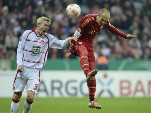 Bayern Munich's Arjen Robben (R) and Kaiserslautern's Leon Jessen