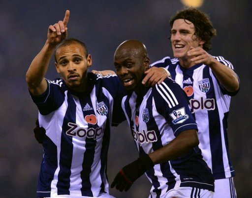 West Brom's Peter Odemwingie (L) celebrates with teammates Youssuf Mulumbu (C) and Billy Jones