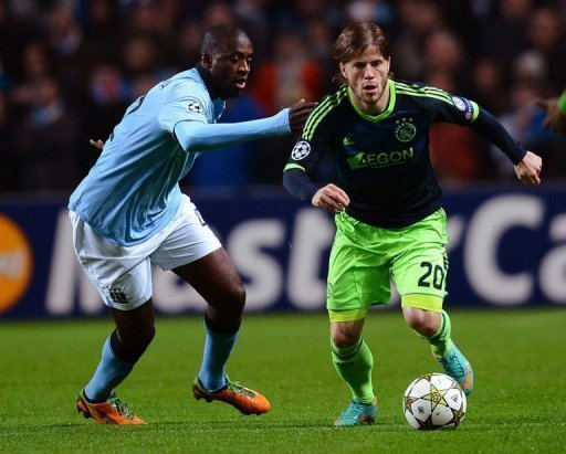 Ajax's Lasse Schone (R) vies with Manchester City's Yaya Toure