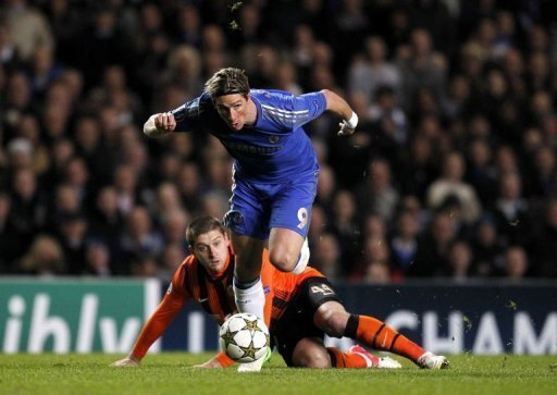 Chelsea's Fernando Torres (R) avoids the tackle from Shakhtar Donetsk's Yaroslav Rakitskiy