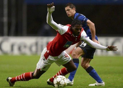 Manchester United's Javier Hernandez (R) vies with SC Braga's Nuno Coelho