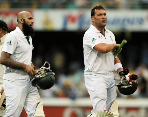 S.Africa's Hashim Amla (L) and Jacques Kallis on Friday rammed home the advantage with an unbeaten century stand