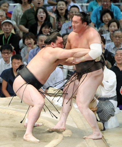 Both Harumafuji (left) and Hakuho  (right) entered the final bout in Nagoya with 14-0 records