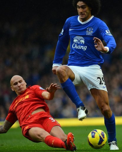 Everton's Marouane Fellaini (R) fights for the ball with Liverpool's Jonjo Shelvey