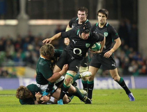 Ireland's hooker Richardt Strauss (2nd R) evades a tackle from South Africa's prop Jannie du Plessis (2nd L)
