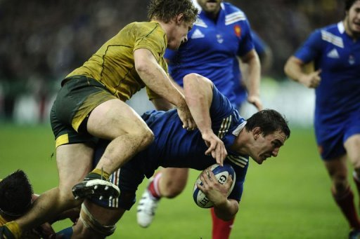 France's N°8  Louis Picamoles (C) clashes with Australia's flanker Michael Hooper