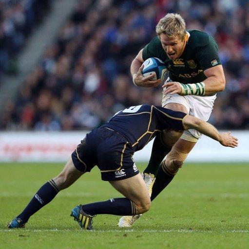 Scotland's fly half Greig Laidlaw (L) challenges South Africa's centre Jean de Villiers