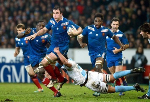 France's N°8  Louis Picamoles (C) runs with the ball