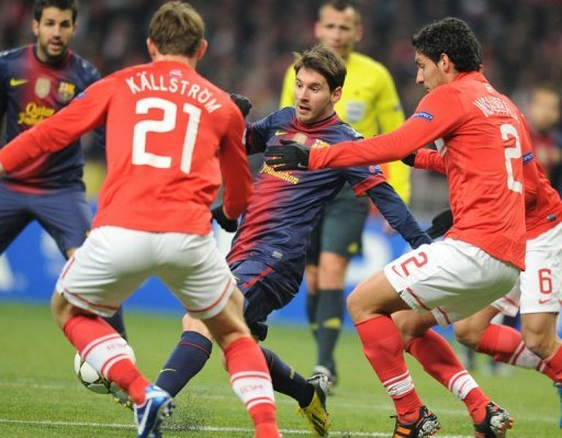 Barcelona's Lionel Messi  (C) vies with Spartak's Kim Kallstrom (L) and Juan Insaurralde (R)