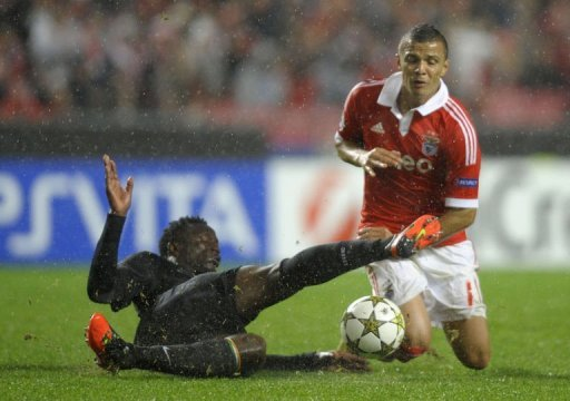 Celtic's Victor Wanyama (L) vies with Benfica's Rodrigo Lima